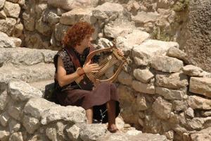 David continued to praise and worship God thru all circumustances!
